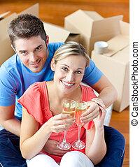 coppia, casa, loro, nuovo, allegro, champagne, festeggiare