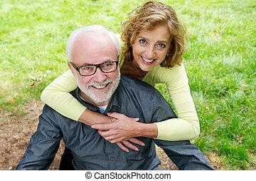 coppia, caucasico, fuori, sorridente, anziano, felice