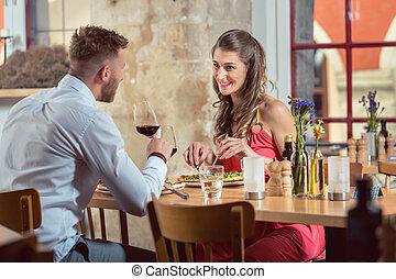 coppia, cibo mangia, a, ristorante