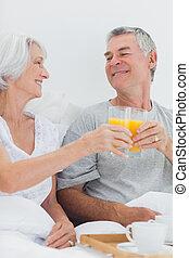 coppia, clinking, loro, succo arancia, occhiali