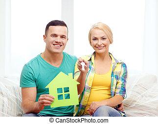 coppia, con, casa verde, e, chiavi, in, casa nuova