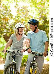 coppia, con, loro, biciclette, in, il, legno