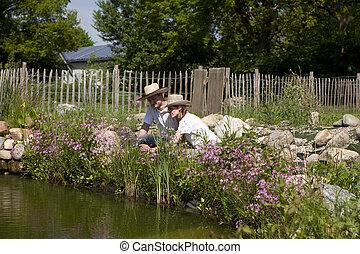 coppia, con, uno, cappello paglia, su, il, giardino, stagno, pärchen, mit, strohhu