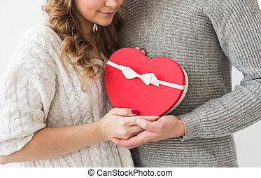 coppia, concept., dare, vacanza, giorno, presente, primo piano, giorno, felice, isolato, fondo., giovane, valentine, uomo, bianco, girlfriend., regalo, suo