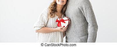 coppia, concept., dare, vacanza, giorno, presente, primo piano, giorno, isolato, felice, fondo., valentine, uomo, bianco, girlfriend., regalo, suo