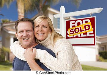 coppia, davanti, venduto, segno proprietà reale, e, casa
