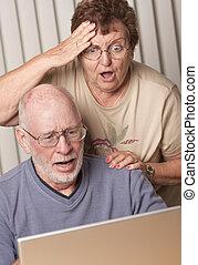 coppia, detenere, computer, adulto, divertimento, anziano, sorridente