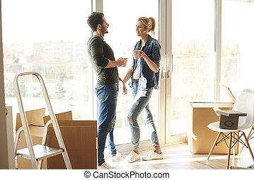 coppia, detenere, uno, pausa caffè, in, casa nuova