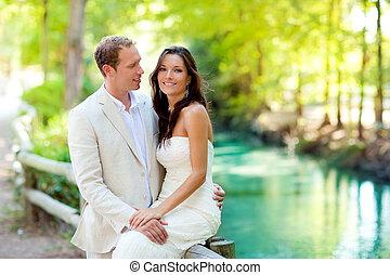 coppia, di, amanti, amore, parco, fiume, abbraccio