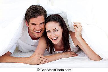 coppia, dire bugie, letto, felice
