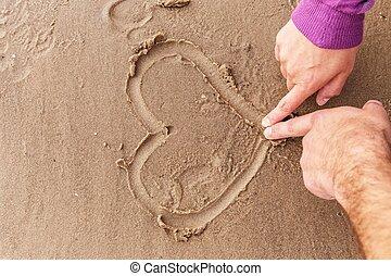 coppia, disegno, cuori, su, uno, sabbia bagnata