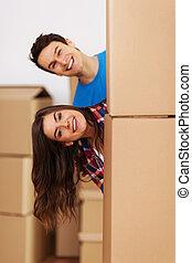 coppia, divertimento, durante, muoversi dentro, casa nuova