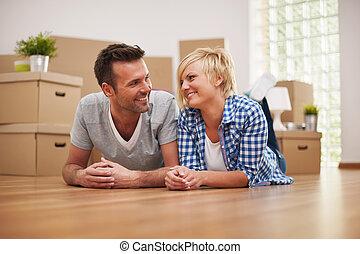 coppia, fare intervallo, da, casa commovente