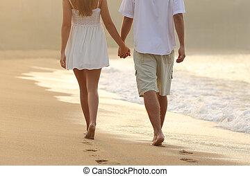 coppia, fare passeggiata, tenere mani, spiaggia