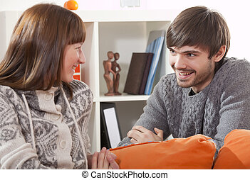 coppia felice, a casa, parlare