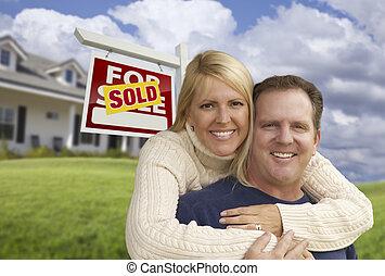 coppia felice, abbracciare, davanti, segno venduto, e, casa