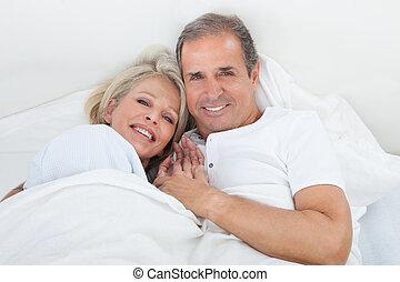 coppia, felice, anziano, letto, in pausa