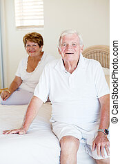 coppia, felice, anziano, letto, seduta