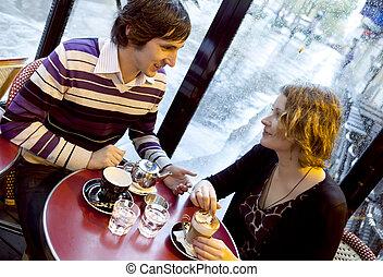 coppia felice, caffè, pioggia, parigino