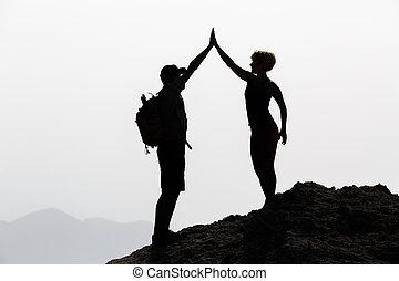 coppia felice, celebrare, raggiungimento, vita, scopo, e, successo, concetto