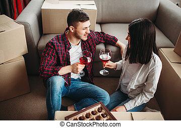 coppia felice, celebrare, spostamento, a, casa nuova