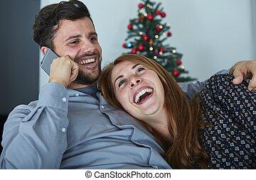 coppia felice, ciarlare, su, smartphone
