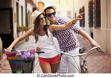coppia felice, con, biciclette, città