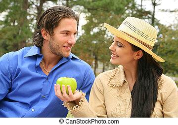 coppia felice, condivisione, giovane, frutte