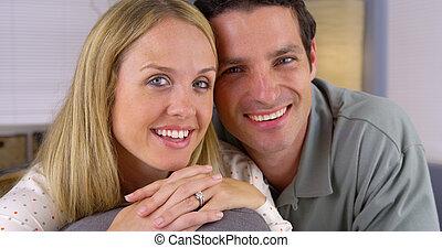 coppia felice, divano, bianco, seduta