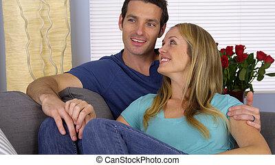 coppia felice, divano, insieme, seduta