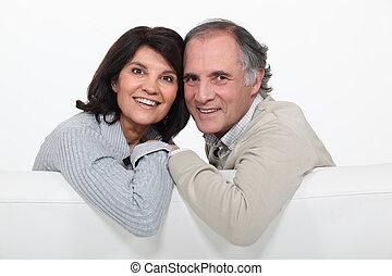 coppia felice, divano, maturo, seduta