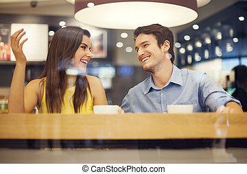 coppia felice, divertirsi, in, caffè