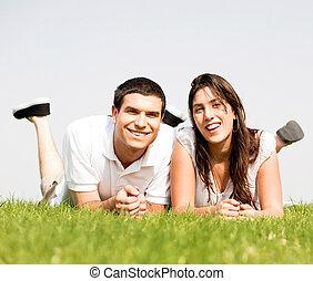 coppia, felice, giù, erba, bugia