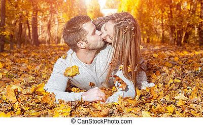 coppia, felice, giovane, fuori
