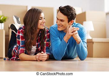 coppia felice, in, loro, nuovo, appartamento