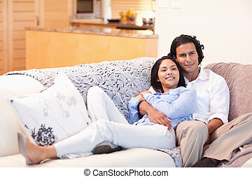coppia, felice, insieme, divano