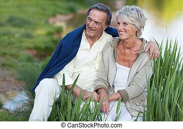 coppia, felice, lago, anziano, seduta