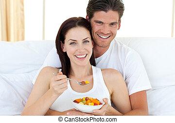 coppia felice, mangiare, frutte, dire bugie, su, loro, letto