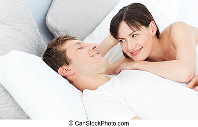 coppia felice, menzogne giù, insieme, su, loro, letto