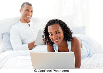 coppia felice, rilassante, su, loro, letto