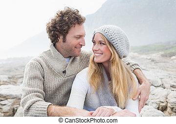 coppia felice, ro, insieme, seduta