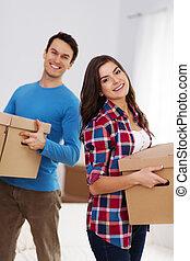 coppia felice, scatole trasportanti, in, loro, casa nuova