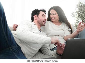 coppia felice, sposato, couch., seduta