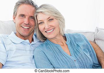 coppia felice, su, loro, divano