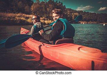 coppia felice, su, uno, kayak