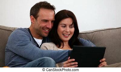 coppia felice, usando, loro, tavoletta