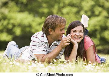 coppia, fiore, sorridente, dire bugie, fuori