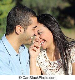 coppia, flirting, parco, arabo, ridere, casuale, felice