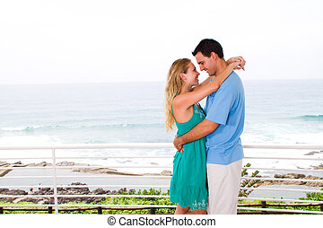 coppia, giovane, abbracciare