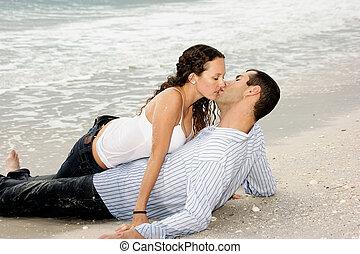 coppia, giovane adulto, bagnato, baciare, spiaggia